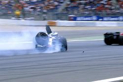 Kimi Raikkonen, McLaren Mercedes MP4-20, crash