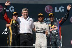 Podio: il secondo classificato Kimi Raikkonen, Lotus F1 Team, Ross Brawn, Team Principal Mercedes AMG F1, il vincitore della gara Lewis Hamilton, Mercedes AMG F1, il terzo classificato Sebastian Vettel, Red Bull Racing