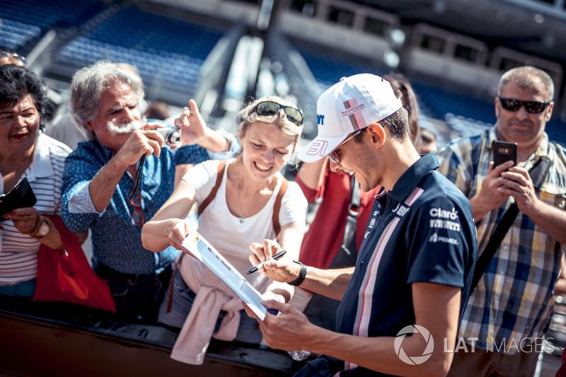 Esteban Ocon, Force India F1, firma autografi ai tifosi