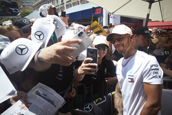 Lewis Hamilton, Mercedes AMG F1, poseert voor foto