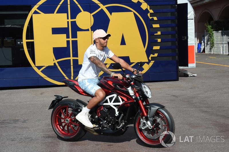 Lewis Hamilton, Mercedes-AMG F1 con su moto MV Agusta
