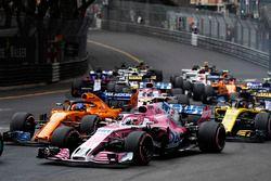 Esteban Ocon, Force India VJM11, lidera a Fernando Alonso, McLaren MCL33, Carlos Sainz Jr., Renault Sport F1 Team R.S. 18, Sergio Pérez, Force India VJM11, y el resto del campo al inicio