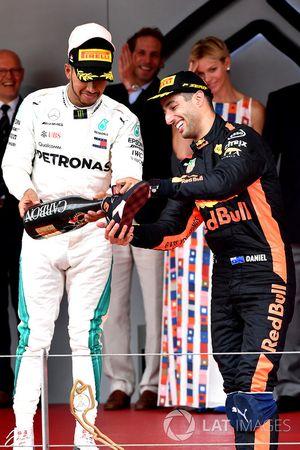 Lewis Hamilton, Mercedes-AMG F1 en Daniel Ricciardo, Red Bull Racing op het podium