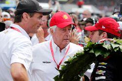 Will Power, Team Penske Chevrolet, Tim Cindric y Roger Penske en victory lane