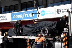 La monoposto di Fernando Alonso, McLaren MCL33 viene riportata in pitlane