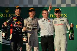 Podium: tweede Daniel Ricciardo, Red Bull Racing, winnaar Nico Rosberg, Mercedes AMG F1, Andy Cowell