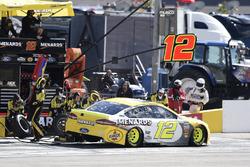 Ryan Blaney, Team Penske, Ford Fusion Menards / Pennzoil, pit stop
