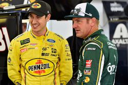 Joey Logano, Team Penske, Ford Fusion Pennzoil and Clint Bowyer, Stewart-Haas Racing, Ford Fusion One Cure