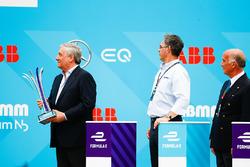 Des VIP sur le podium avec le trophée de la deuxième place