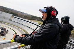 Chase Elliott, Hendrick Motorsports, Chevrolet Camaro NAPA Auto Parts spotter Eddie D'Hondt en el puesto de observación