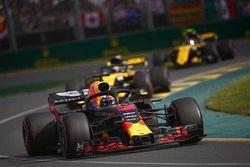 Daniel Ricciardo, Red Bull Racing RB14 Tag Heuer, devant Nico Hulkenberg, Renault Sport F1 Team R.S. 18, et Carlos Sainz Jr., Renault Sport F1 Team R.S. 18