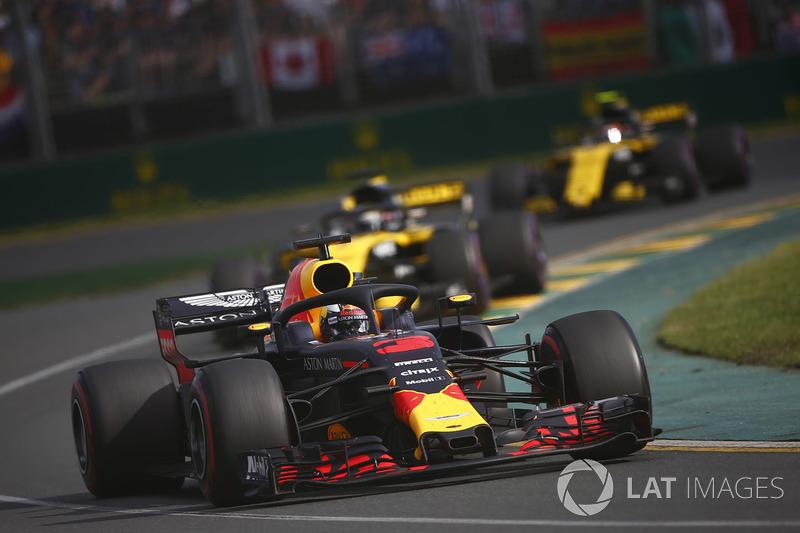Daniel Ricciardo, Red Bull Racing RB14 Tag Heuer, leads Nico Hulkenberg, Renault Sport F1 Team R.S.