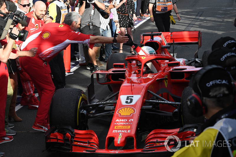Il vincitore della gara Sebastian Vettel, Ferrari SF71H arriva nel parco chiuso e festeggia con Maurizio Arrivabene, Team Principal Ferrari