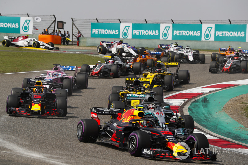 Max Verstappen, Red Bull Racing RB14 Tag Heuer, Lewis Hamilton, Mercedes AMG F1 W09, Daniel Ricciardo, Red Bull Racing RB14 Tag Heuer, Nico Hulkenberg, Renault Sport F1 Team R.S. 18, Sergio Perez, Force India VJM11 Mercedes, and the remainder of the field