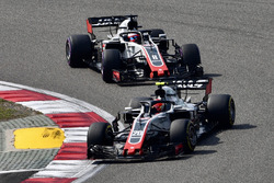 Kevin Magnussen, Haas F1 Team VF-18 y Romain Grosjean, Haas F1 Team VF-18