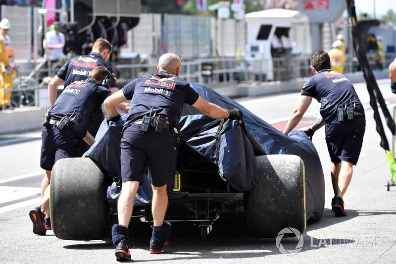 La monoposto incidentata di Daniel Ricciardo, Red Bull Racing RB14 viene riportata ai box nelle FP1
