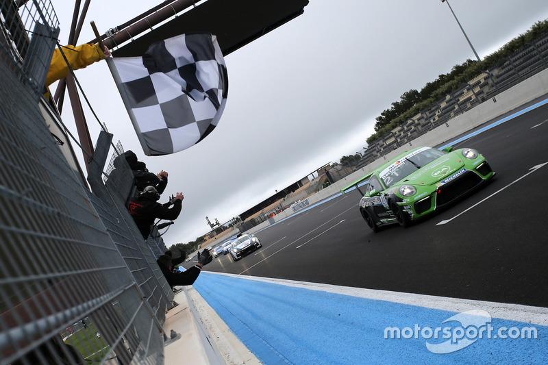 Il secondo classificato Diego Bertonelli, Dinamic Motorsport, prende la bandiera a scacchi