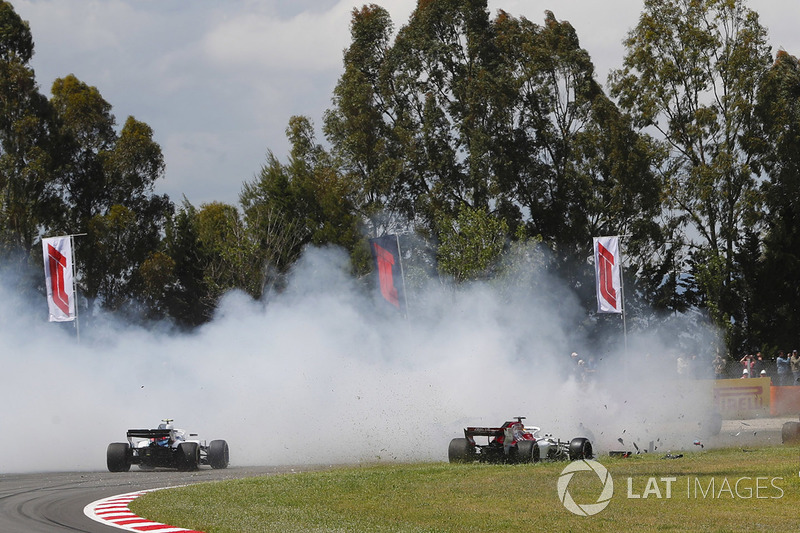 Sergey Sirotkin, Williams FW41, and Marcus Ericsson, Sauber C37, avoid an accident involving Romain Grosjean, Haas F1 Team VF-18, Nico Hulkenberg, Renault Sport F1 Team R.S. 18. and Pierre Gasly, Toro Rosso STR13