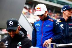 Lewis Hamilton, Mercedes AMG F1, Pierre Gasly, Toro Rosso, et Max Verstappen, Red Bull Racing
