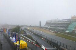 Nebbia sul rettilineo di partenza/arrivo, nei pressi dell'hotel Dorint