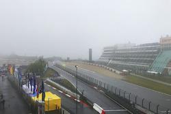 Mist trekt over het circuit