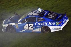 Kyle Larson, Chip Ganassi Racing, Chevrolet Camaro Credit One Bank spin atıyor