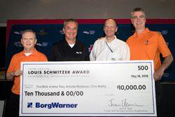 Andrea Toso e Antonio Montanari di Dallara, Tino Belli di Indycar e Chris Beatty di Chris Beatty Design LTD vincitori del Louis Schwitzer Award per l'Indycar Universal Aero Kit