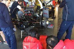 Инженеры работают с мотором машины Nissan SMP BM01