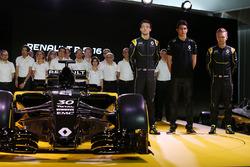 Jolyon Palmer, Renault Sport F1 Team; Esteban Ocon, Renault Sport F1 Team testrijder; en Kevin Magnu