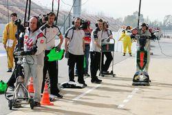 Haas F1 Team mecánicos en los pits