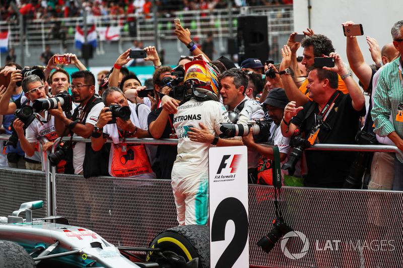 Lewis Hamilton, Mercedes AMG F1 merayakan podium keduanya di parc ferme