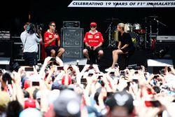 Sebastian Vettel, Ferrari, Kimi Raikkonen, Ferrari, en el escenario