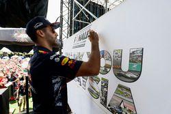 Daniel Ricciardo, Red Bull Racing, en el escenario de la F1