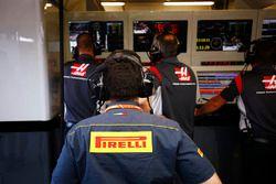 Un ingénieur Pirelli dans le garage Haas F1 Team