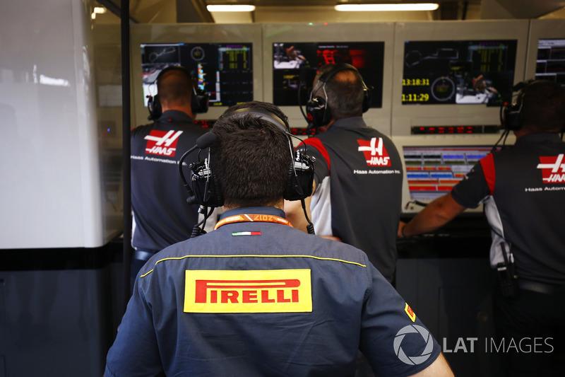 Pirelli mühendisi Haas F1 Team garajında