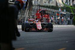 Stoffel Vandoorne, McLaren MCL32 pitstop