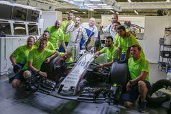 Les mécaniciens Williams fêtent la troisième place de Lance Stroll, Williams FW40