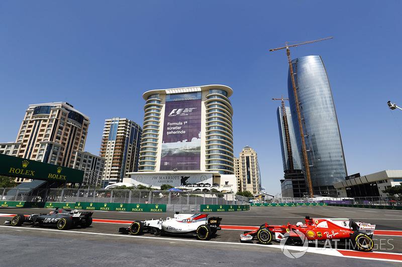 Romain Grosjean, Haas F1 Team VF-17, Felipe Massa, Williams FW40 e Sebastian Vettel, Ferrari SF70H, escono dalla pit lane