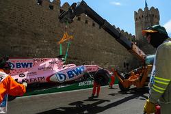 La monoposto incidentata di Sergio Perez, Sahara Force India VJM10 viene recuperata dai marshal dopo