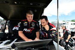 Helio Castroneves, Team Penske Chevrolet, race engineer Jonathan Diuguid