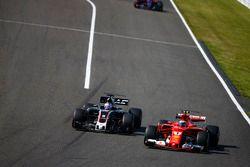 Romain Grosjean, Haas F1 Team VF-17 y Kimi Raikkonen, Ferrari SF70H
