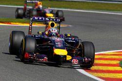 Daniel Ricciardo, Red Bull Racing RB10, voor Sebastian Vettel, Red Bull Racing RB10