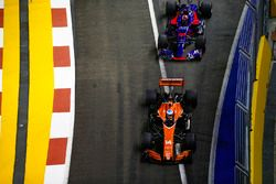 Fernando Alonso, McLaren MCL32, Daniil Kvyat, Scuderia Toro Rosso STR12