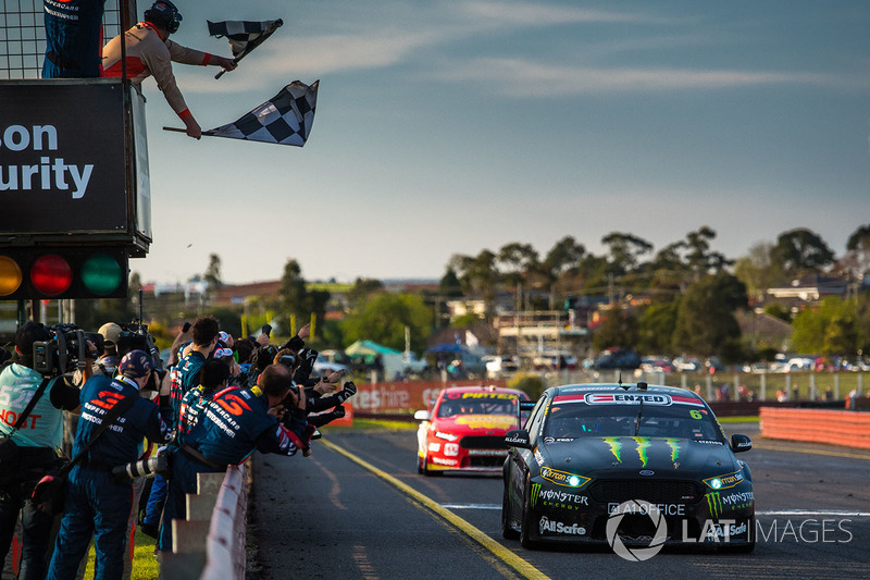 Les vainqueurs Cameron Waters, Prodrive Racing Australia Ford, Richie Stanaway, Prodrive Racing Australia Ford