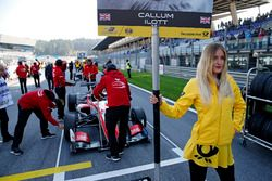 La grid girl di Callum Ilott, Prema Powerteam, Dallara F317 - Mercedes-Benz