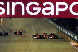 Choque de Sebastian Vettel, Ferrari SF70H, Kimi Raikkonen, Ferrari SF70H y Max Verstappen, Red Bull