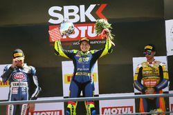 Подиум: победительница Ана Карраско, Kawasaki, и обладатель второго места Альфонсо Коппола, Yamaha