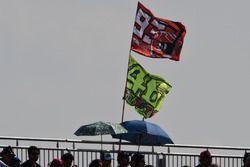 Flaggen von Fans von Marc Marquez und Valentino Rossi
