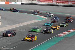 Старт гонки: №4 Belgian Audi Club WRT Audi R8 LMS: Энцо Иде, Стюарт Леонард, Робин Фрейнс, Кристофер