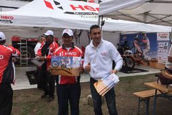 #27 Hero MotoSports Team Rally: Joaquim Rodrigues, mit einem Fan